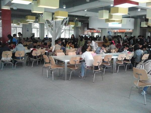 是经全新改造的苏州大学本部莘园和方塔餐厅
